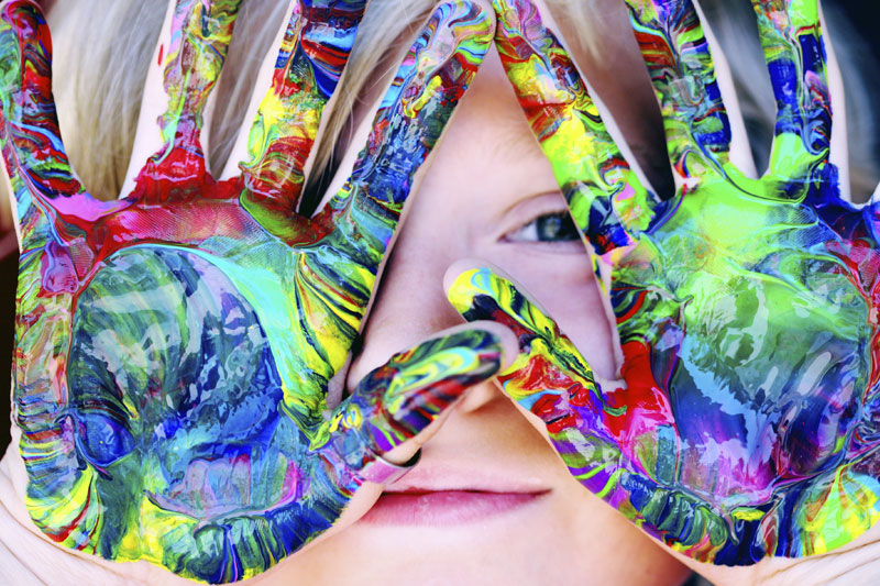 foto crianca com as maos pintadas